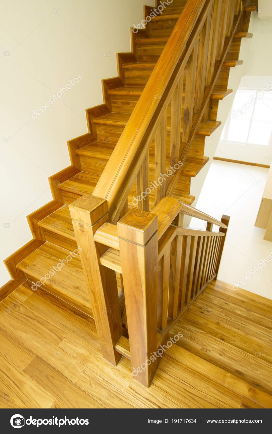 Interior casa con escalera madera moderna foto de stock drpnncpp 191717634 - Escaleras de madera modernas ...