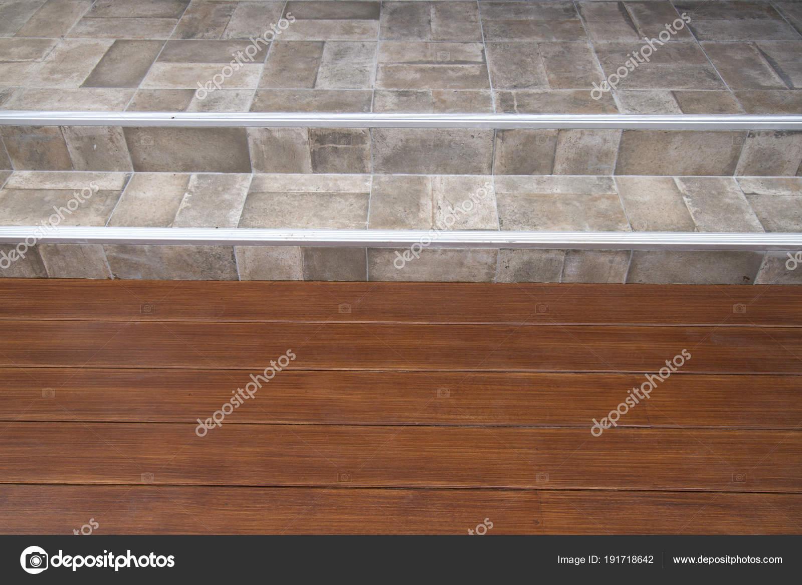 Pavimenti In Legno E Piastrelle.Reticolo Del Pavimento Legno Piastrelle Foto Stock