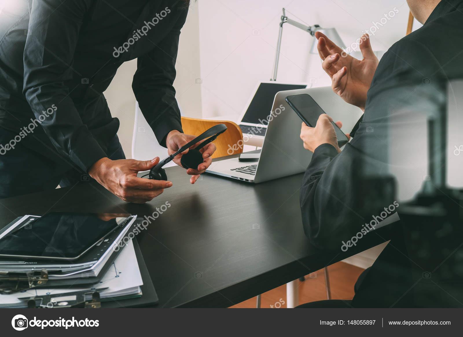 reunião de trabalho do co dois empresário usando voip fone de