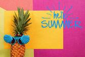Nyári és hétvégi koncepció. Csípő ananász divat kiegészítők