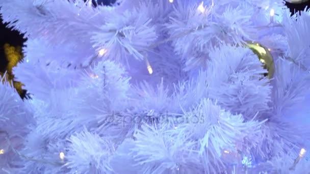 Pozdravem sezóny koncept. Gimbal záběr ozdoby na vánoční stromeček s dekorativní světlo v rozlišení 4k (Uhd)