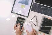 horní pohled podnikatel ruční práce s financemi o náklady