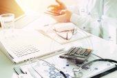 Zdravotní náklady a poplatky na koncept. Ruční smart doktor používá ca