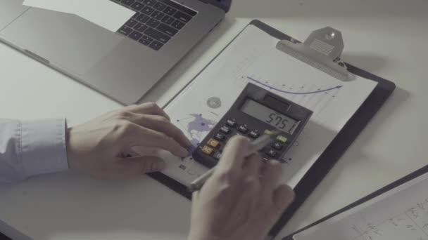 Nad zobrazením zdravotní náklady a poplatky koncept. Ruční smart doktor používá kalkulátor nákladů na zdravotní péči v moderní nemocnici v pomalém pohybu