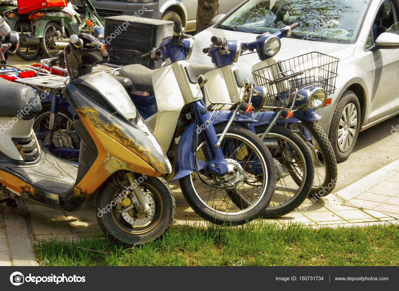 Alte Mopeds Und Motorroller Geparkt Stockfoto Bodu10 150731734