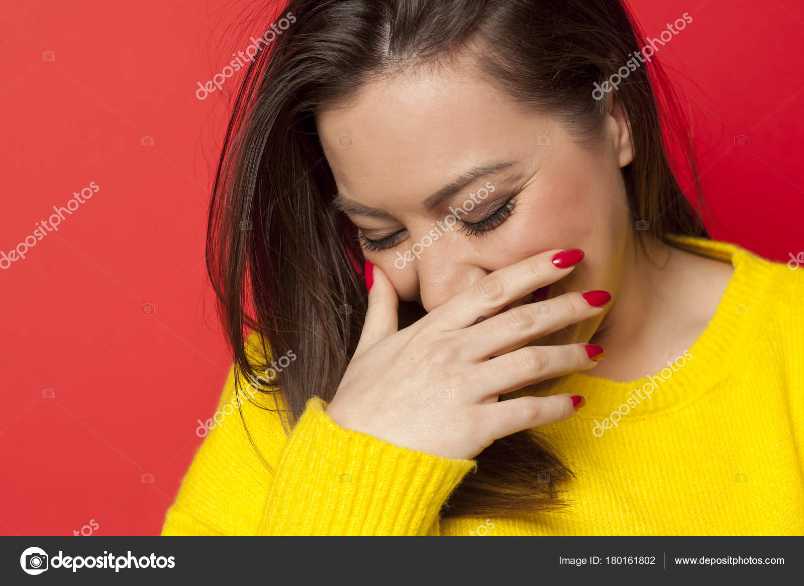 cf115392cc1c Όμορφη Γυναίκα Ντροπή Κίτρινο Πουλόβερ Κόκκινο Φόντο — Φωτογραφία Αρχείου