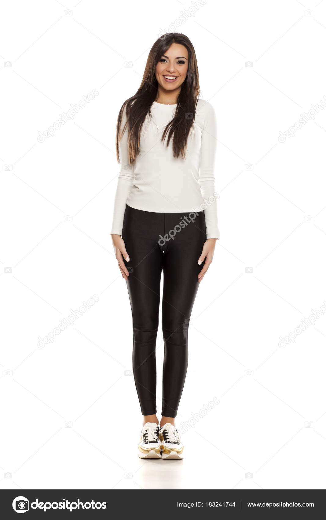 3b9386709a19 Νεαρή Όμορφη Γυναίκα Στο Μαύρο Κολάν Λευκή Μπλούζα Και Sneakers — Φωτογραφία  Αρχείου