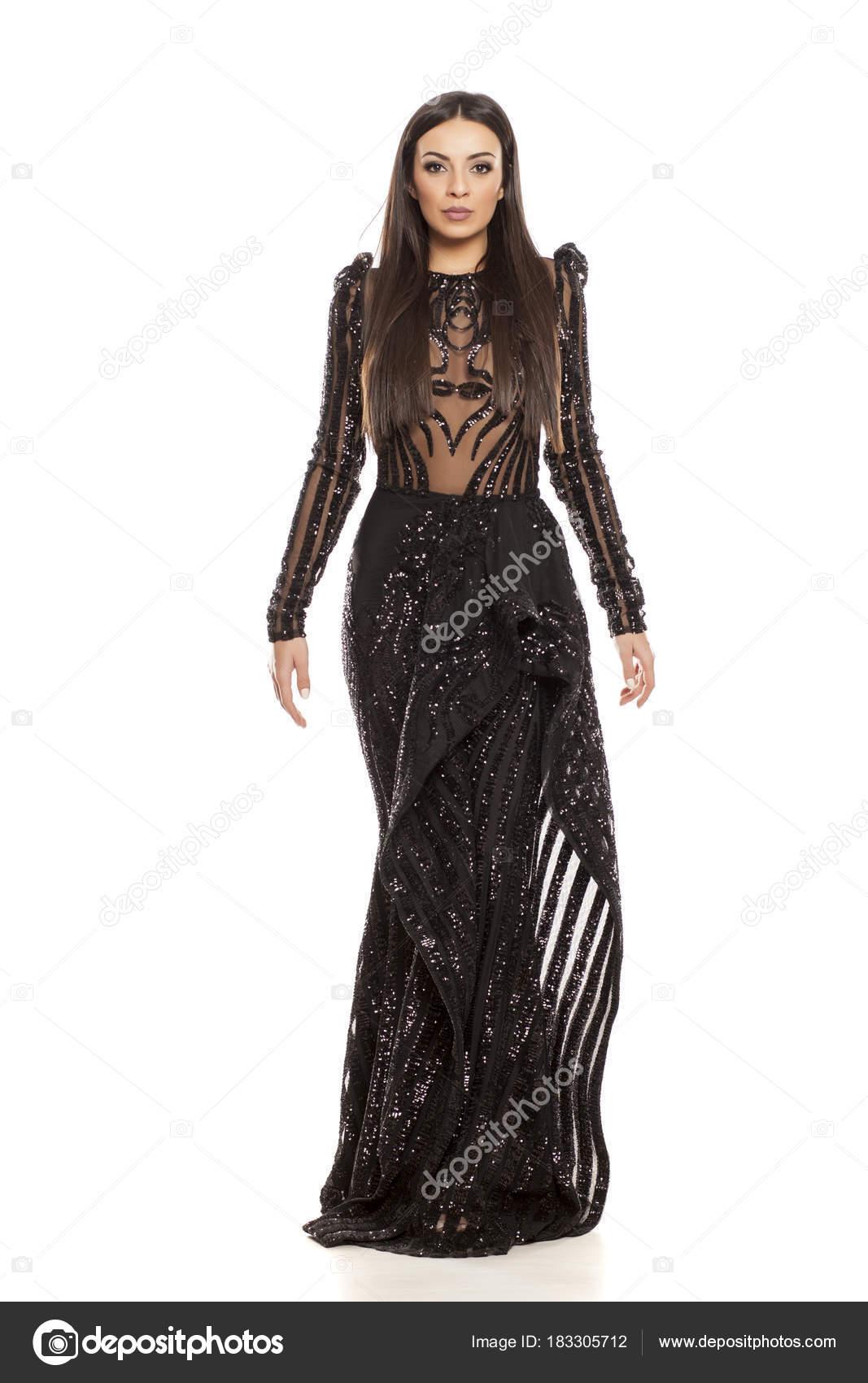 509c8e7cb1ac Νεαρή Όμορφη Γυναίκα Στο Μαύρο Βραδινό Φόρεμα Λευκό Φόντο — Φωτογραφία  Αρχείου