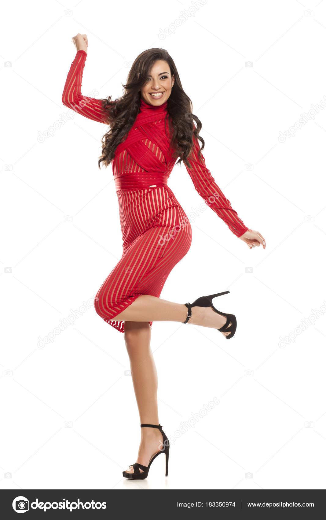 105a41af2a54 Νεαρή Όμορφη Γυναίκα Ευτυχισμένη Ένα Κόκκινο Διαφανές Φόρεμα Που  Παρουσιάζουν — Φωτογραφία Αρχείου
