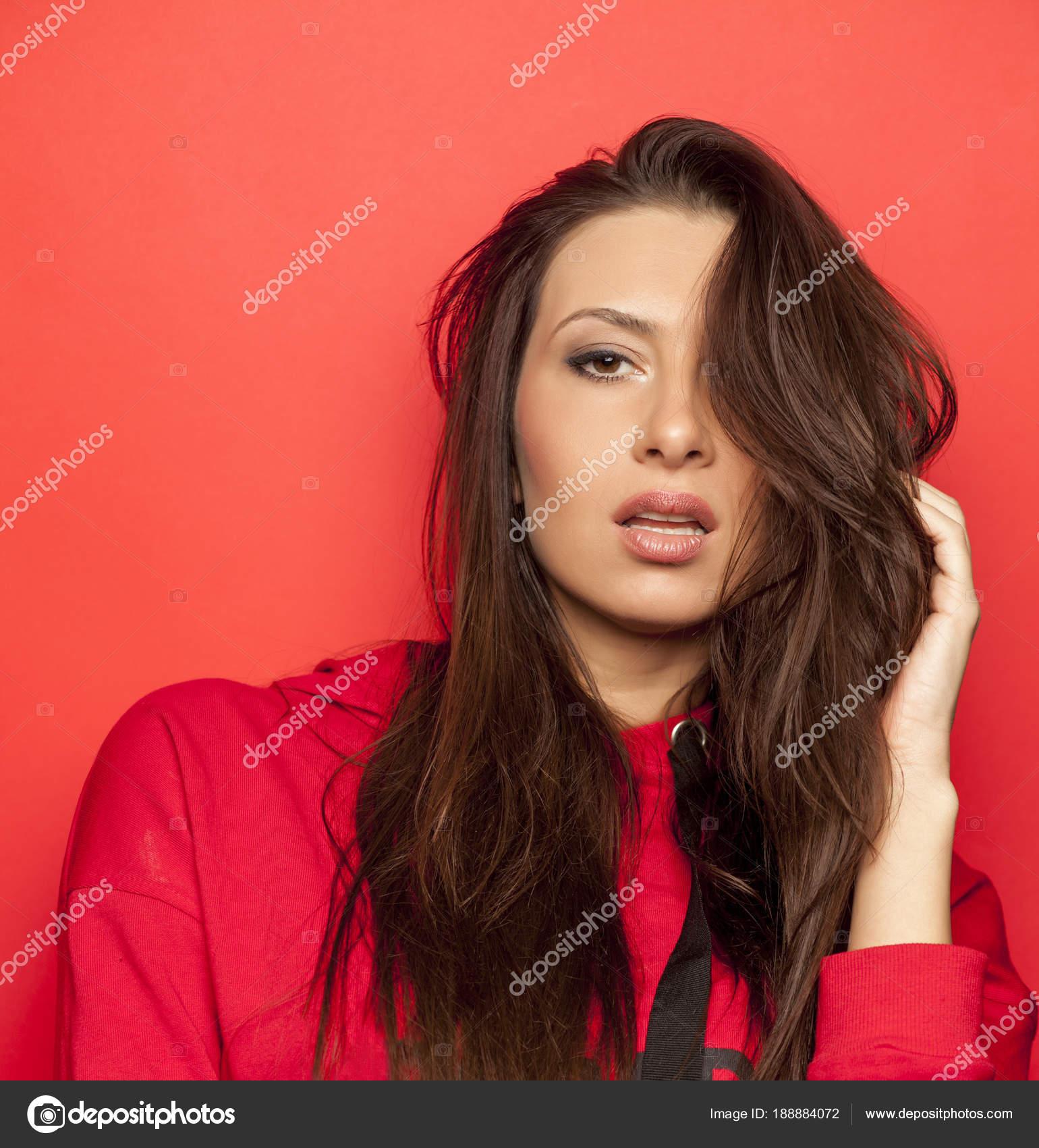 e8170ec87207 Όμορφη Σαγηνευτική Γυναίκα Κόκκινη Μπλούζα Κόκκινο Φόντο — Φωτογραφία  Αρχείου