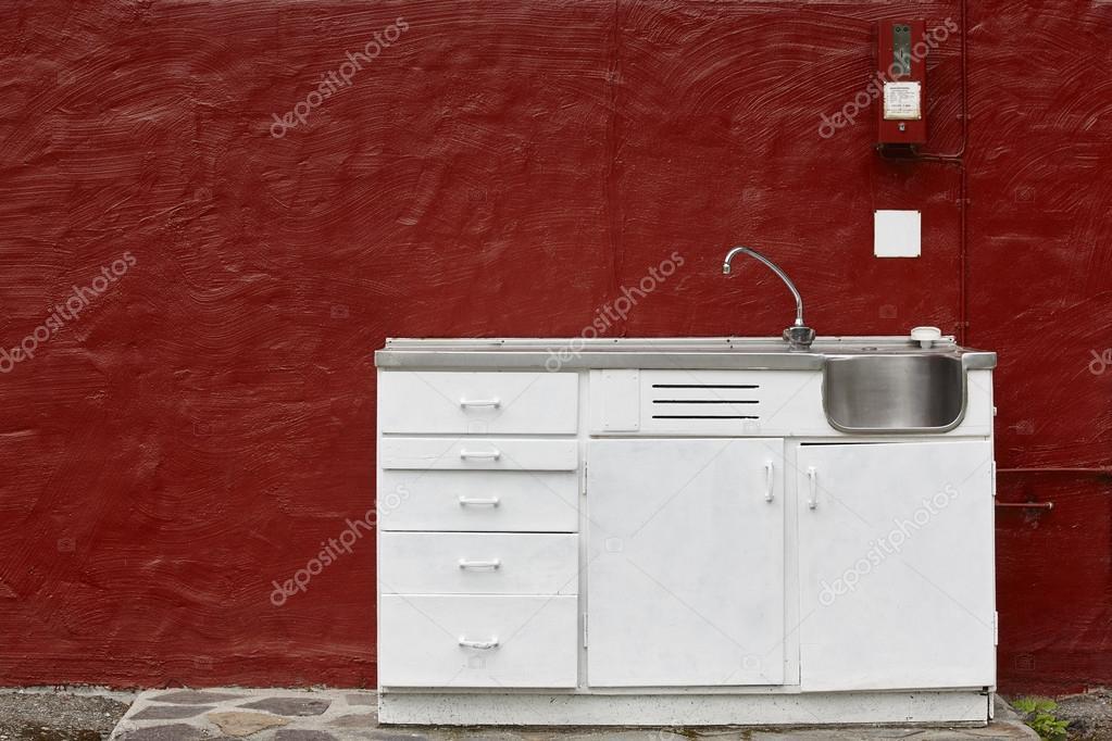 Outdoor Küchenschrank : Outdoor küche kabinett spüle und wasserhahn über eine rote wand
