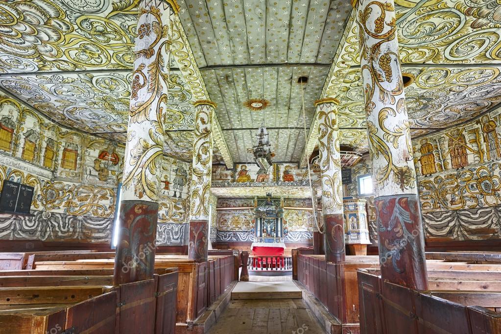 Traditionele Noorse houten kerk interieur. Stordal: stavkyrkje ...