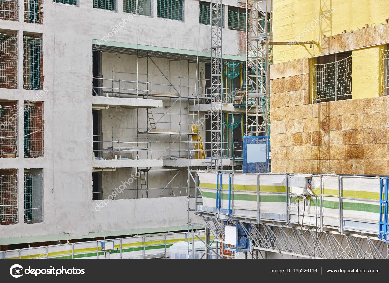 Facciata delledificio in costruzione. piastrelle e materiale
