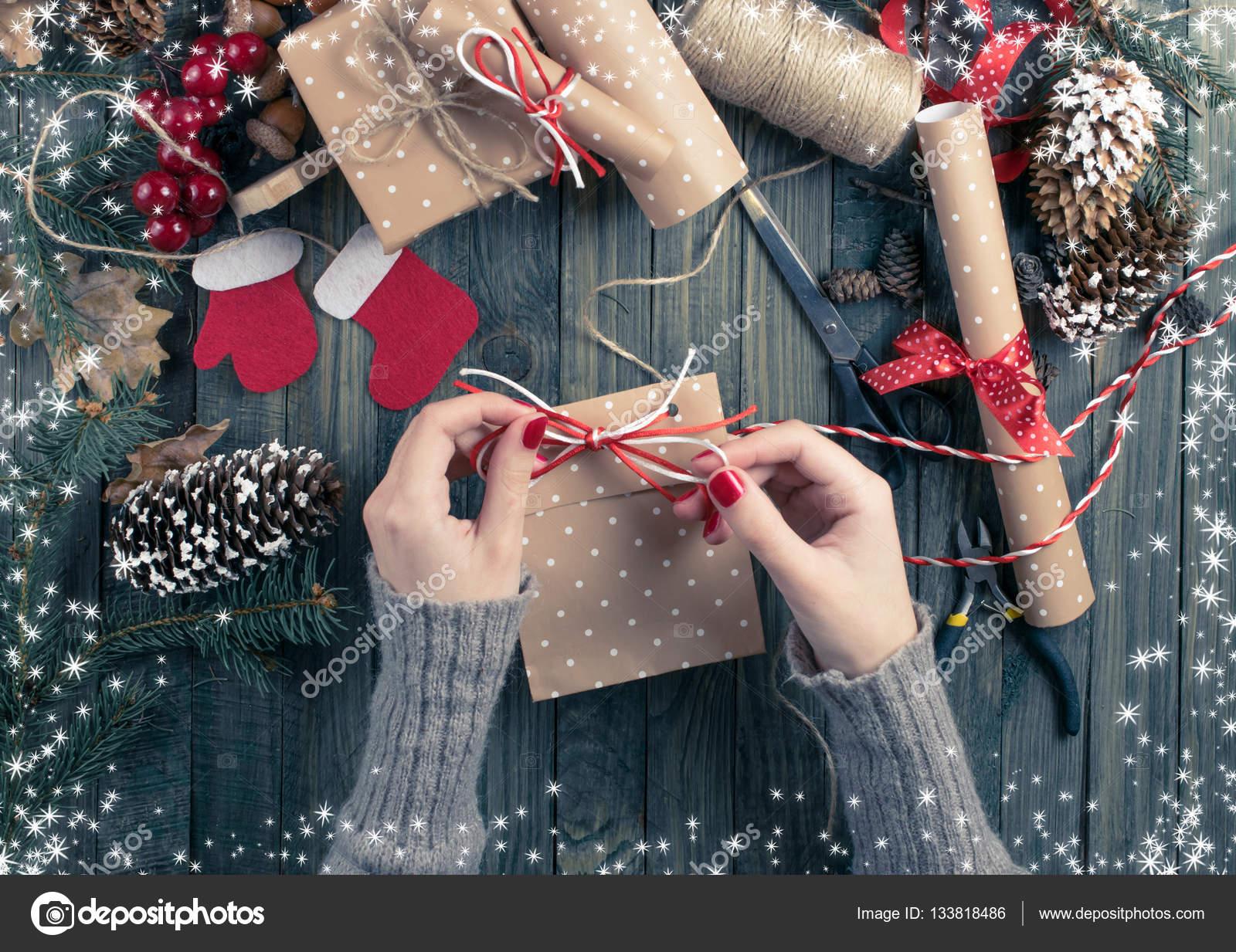 Draufsicht der Frau Hände wickeln Weihnachtsgeschenk. Geschenke ...