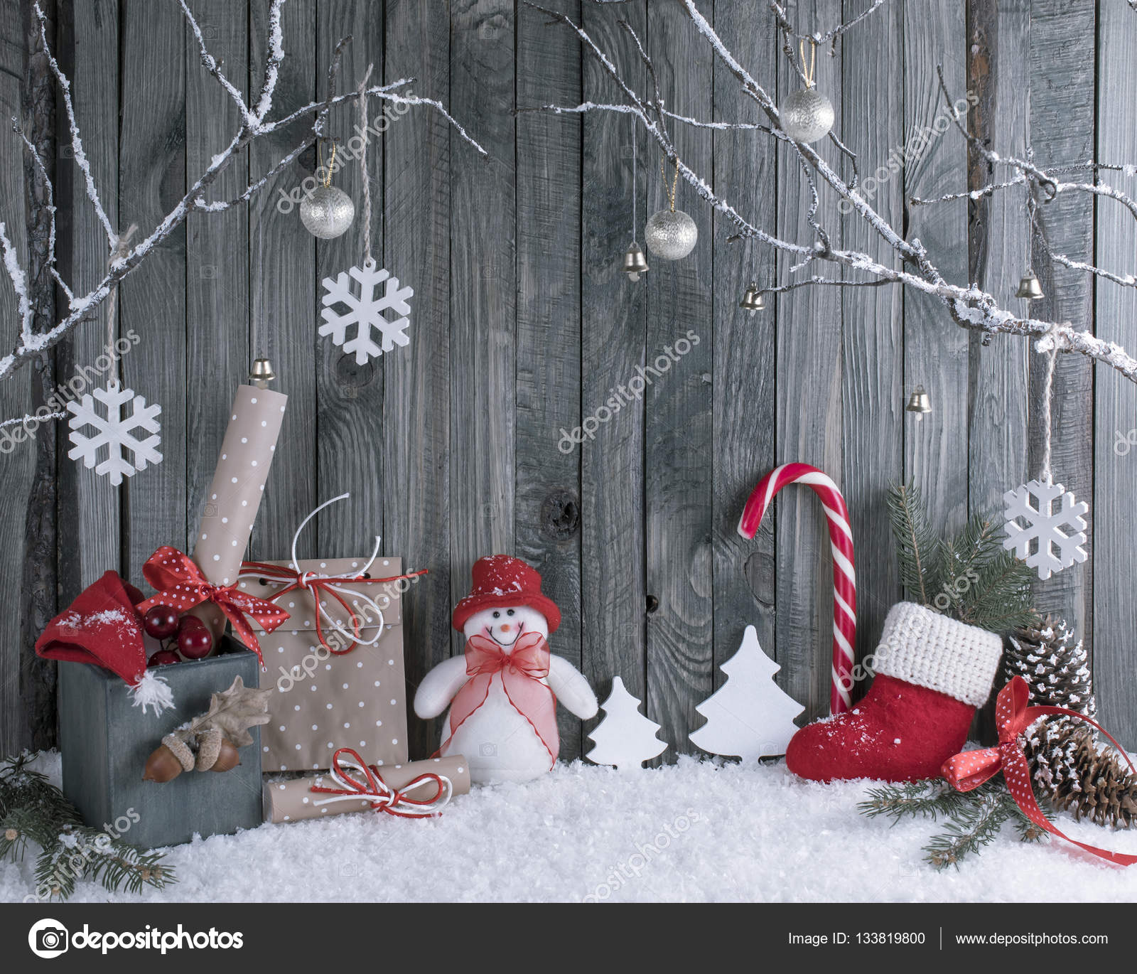 Weihnachten-Interieur mit dekorative Zweige, Geschenke und ...