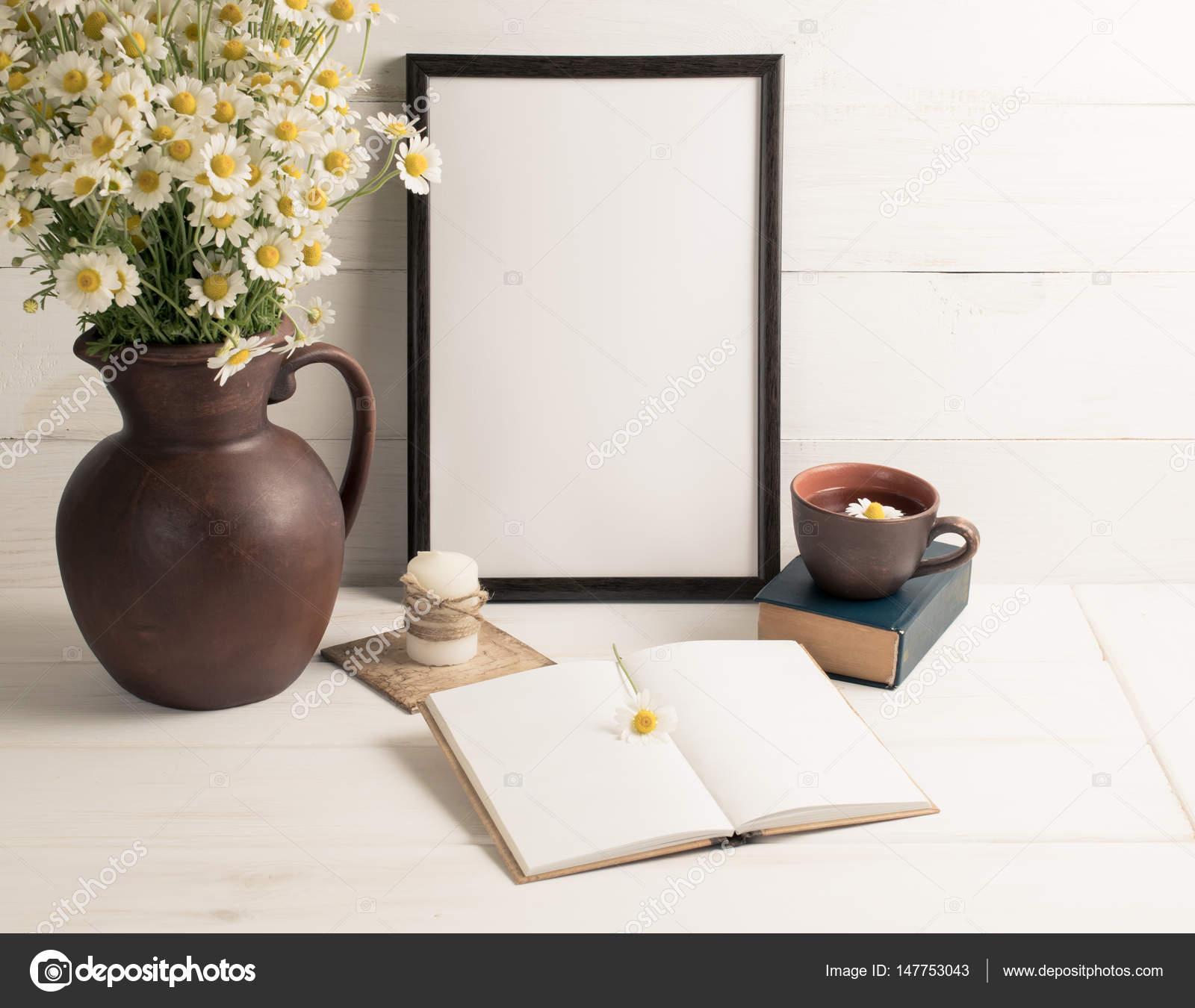 Daisy boeket in kruik van klei met motiverende frame — Stockfoto ...