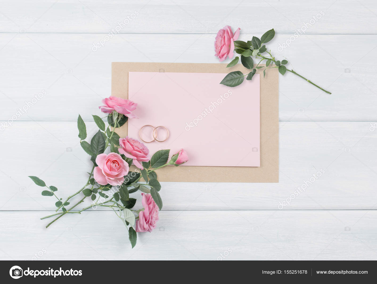 Auguri Per Matrimonio Immagini : Rose rosa e anelli nuziali con carta cartolina d auguri per il