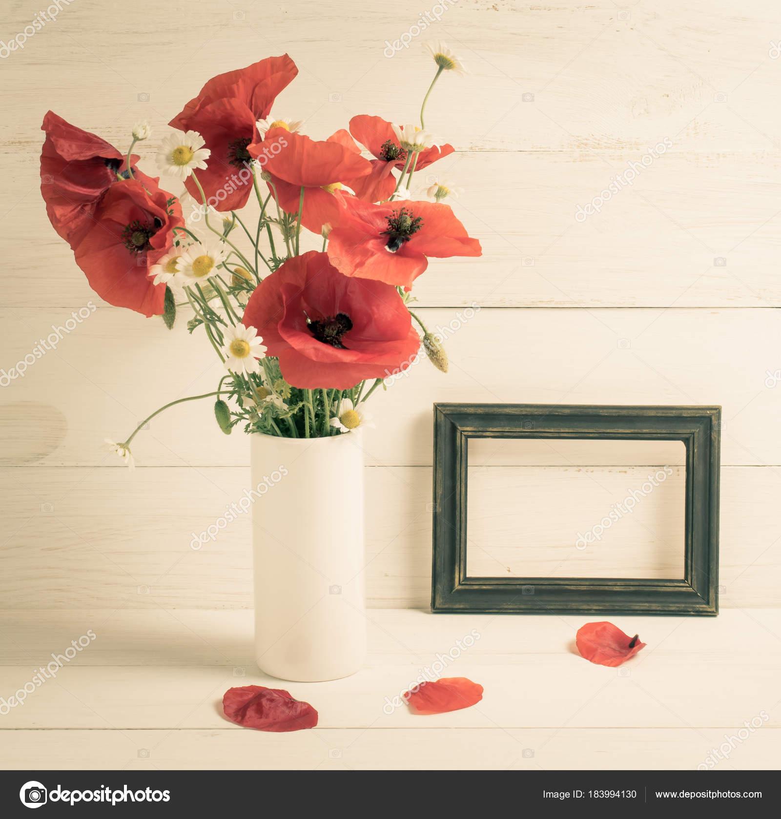 Mohnblumen in Vase und Foto-frame — Stockfoto © Julia_Arda #183994130