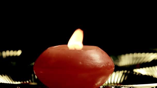 Svíčka close-up na lesklém pozadí