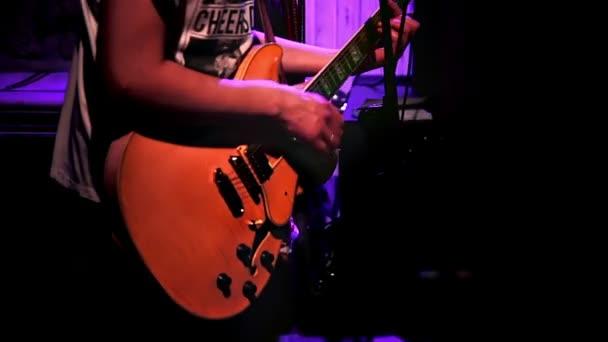 Gitarrist spielt Rhythmusgitarre während Konzert