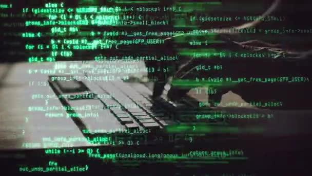 Férfi programozó típusú programkód a laptopon. Zöld forráskód fedés. Kód és információ hologram. Személyes adatok védelme, jelszavas biztonság, privát kulcs és számítógépes támadások megelőzése koncepció.