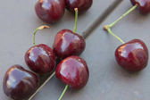 Cherry az asztalra a kertben