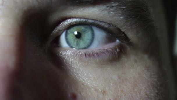 grau-grüne Augen eines jungen gutaussehenden Typen aus nächster Nähe. Augen zu und durch.