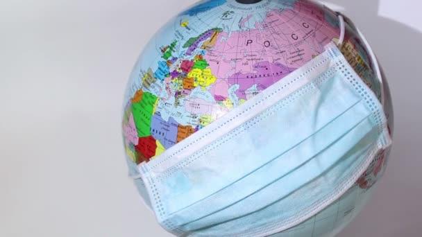 Zemská koule nosí lékařskou masku. Lékařská maska se nosí na zeměkouli. Světová karanténa, pandemie koronaviru. Světový karanténní symbol.