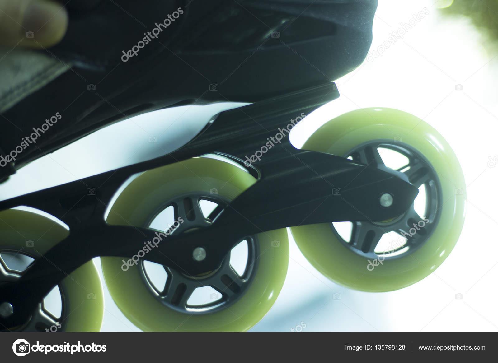 d10b28dde96c38 Pattini in linea Freestyle stivali e ruote in vendita al dettaglio negozio  vetrina per libero, urbano, slalom, fitness e pattinaggio ricreativo — Foto  di ...