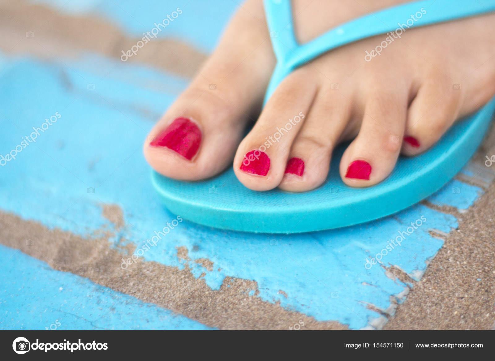 Pies de mujer en sandalias en la playa — Fotos de Stock ...