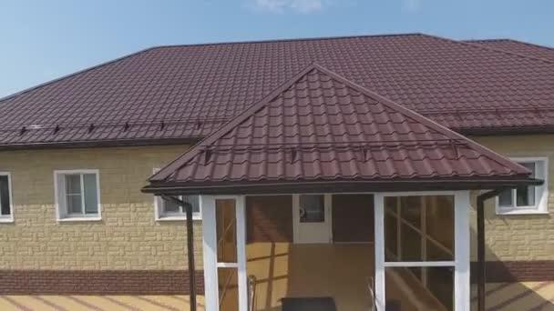 Dům s novou střechou z kovu. Vlnitá kovová střecha a kovová střecha. Moderní střecha z kovu.