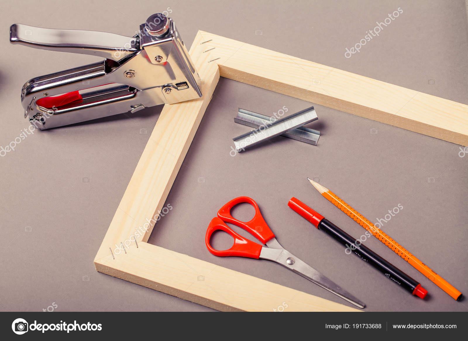 Camilla de lona, pistola de grapas y otras herramientas sobre un ...