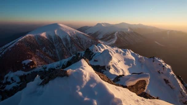Západ slunce v zimě horské krajiny v vrchol Rozsutec, časová prodleva