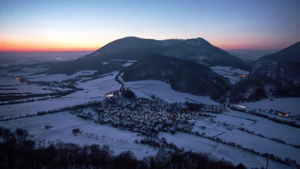 Časová prodleva západu slunce do noci s vesnice horské krajiny