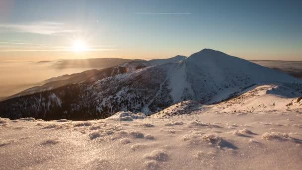 Časová prodleva západu slunce v horách v zimě, Slovensko, Malá Fatra