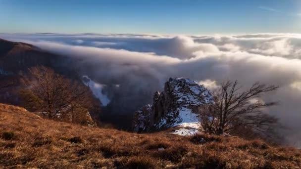 Horská krajina s mraky mlhy časová prodleva
