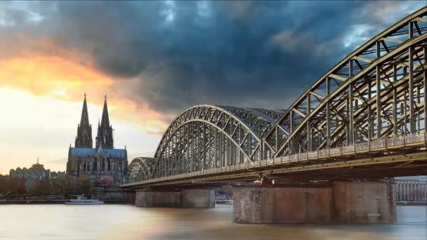 Kölner Dom und Hohenzollernbrücke bei Sonnenuntergang, Zeitraffer
