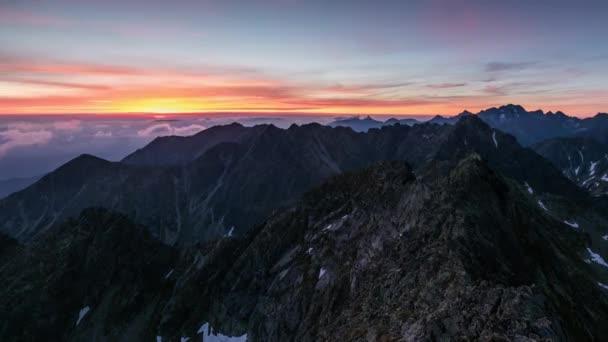 Časová prodleva - Panorama horské krajiny v Tatrách za úsvitu