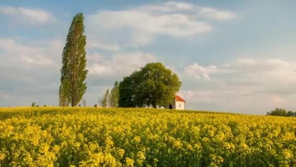 Žluté pole znásilnění při západu slunce s kaplí - Časová prodleva, Slovensko krajina