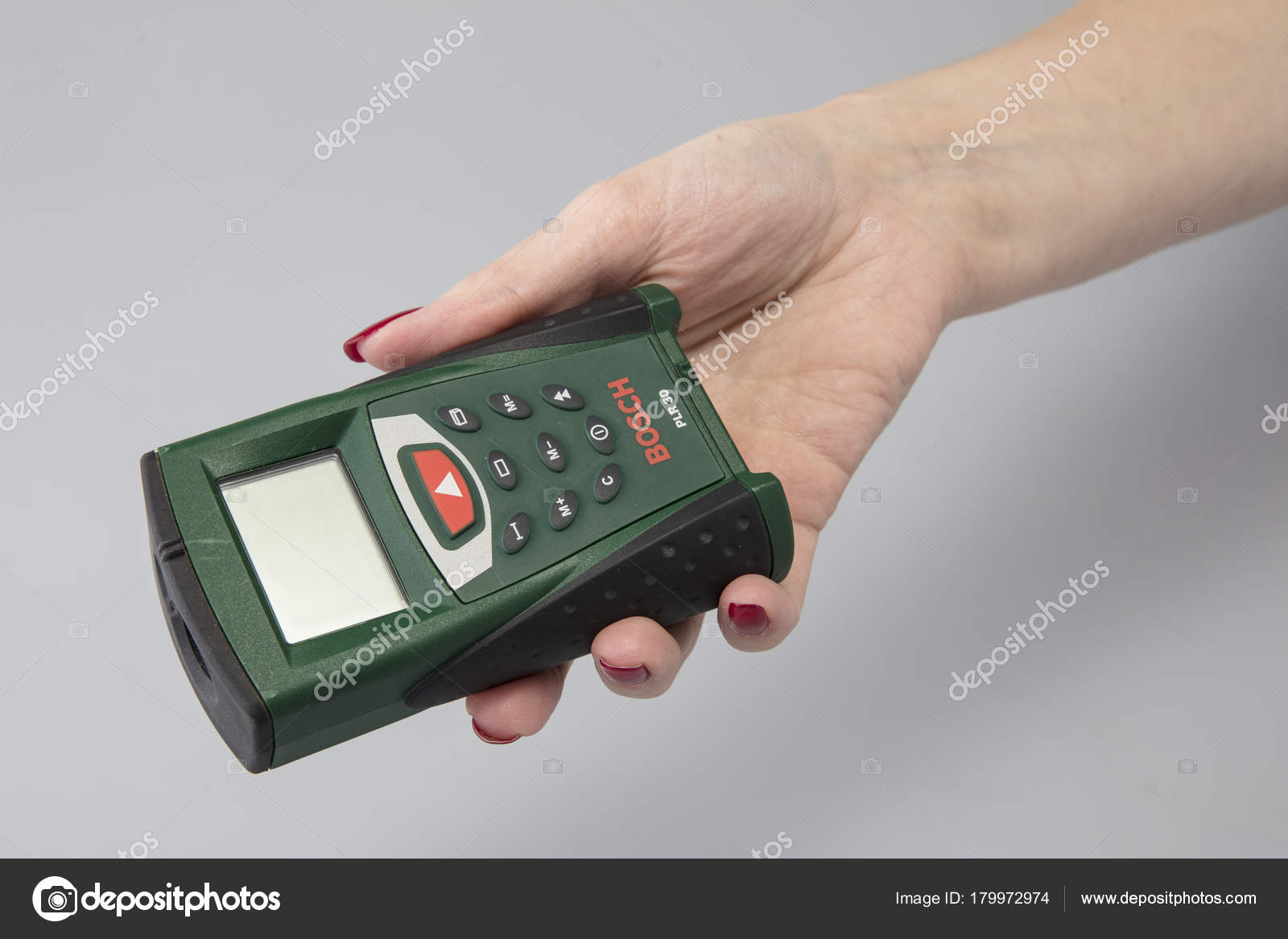 Welchen Bosch Entfernungsmesser : Laser entfernungsmesser der hand einer frau u redaktionelles
