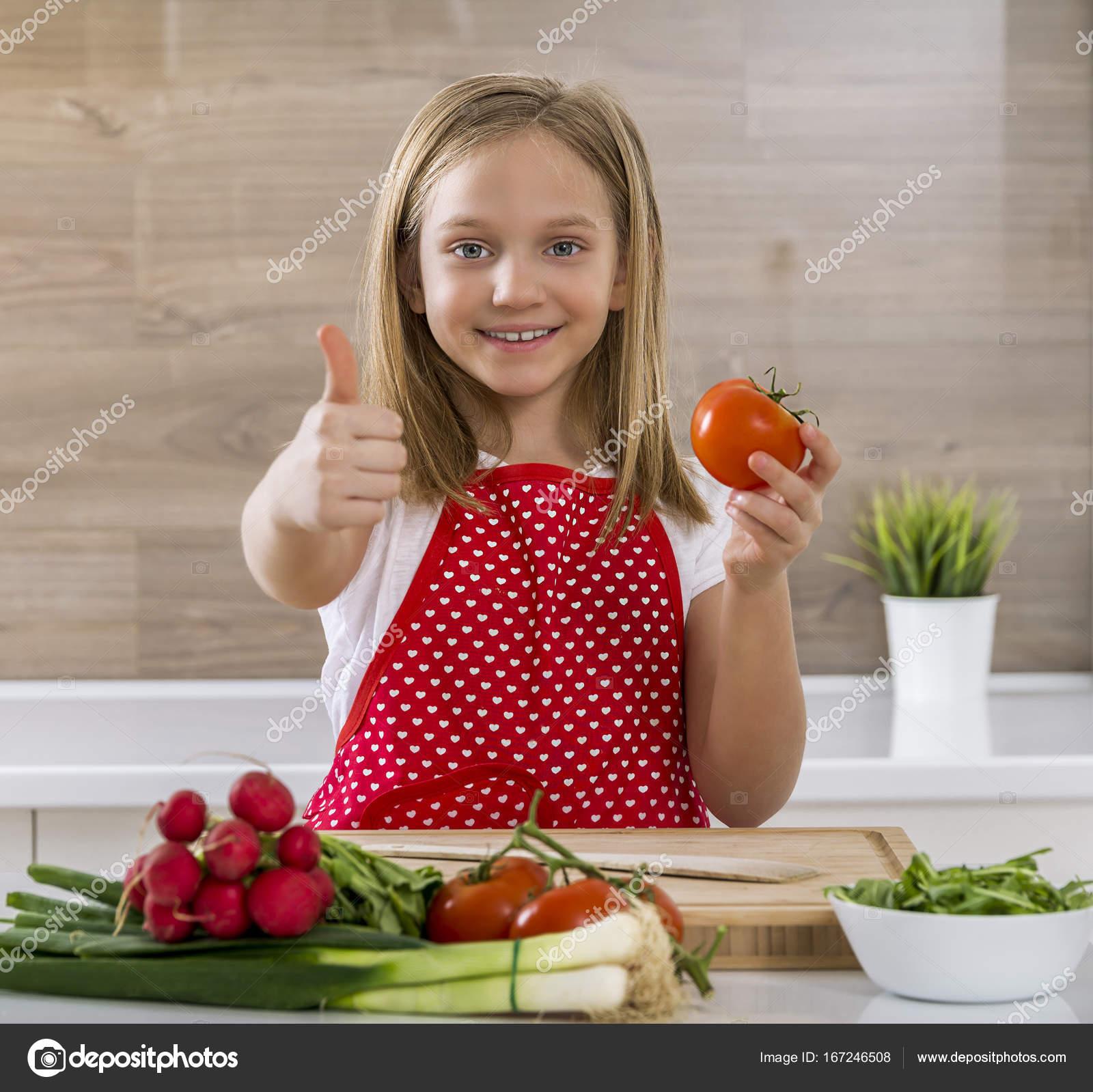 Hermosa ni a cocinando en la cocina y mostrando los - Nina cocinando ...