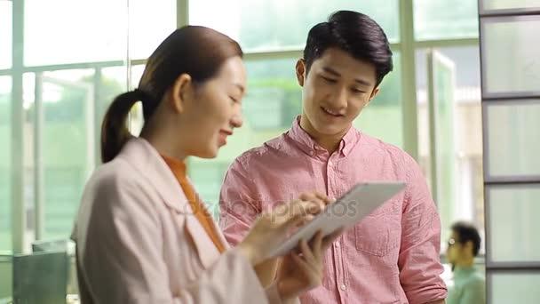 junge asiatische Geschäftsleute diskutieren im Büro