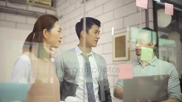 Asijské obchodní tým schůzku v kanceláři