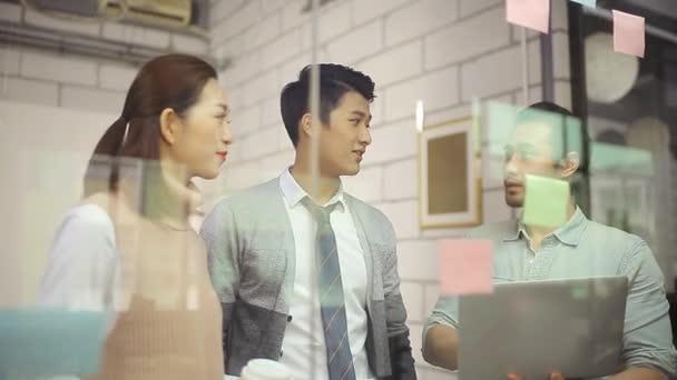 Asijské obchodní lidí v kanceláři