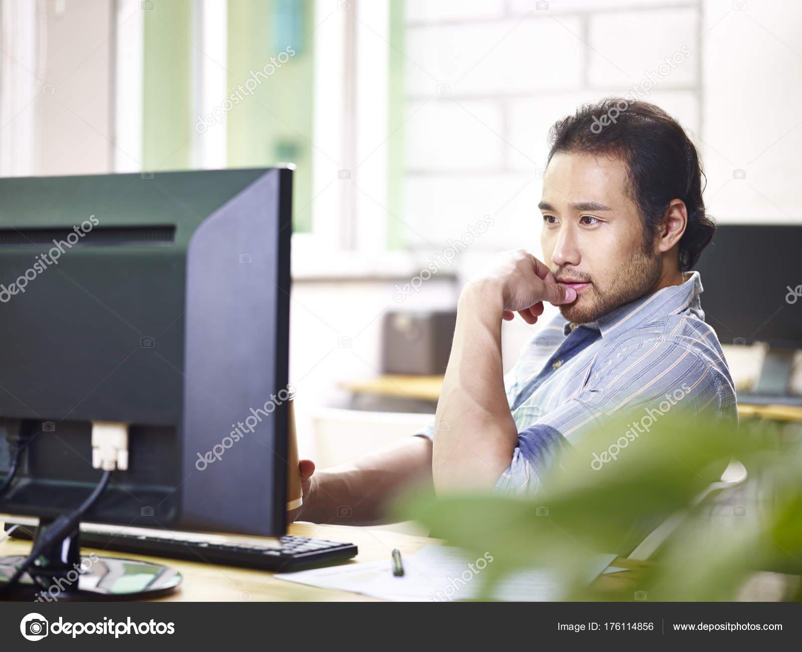 Abbigliamento Ufficio Uomo : Uomo d affari asiatico in abbigliamento casual che lavora nell