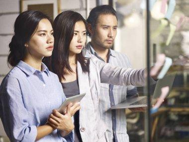 young entrepreneurs facing challenge making business plan