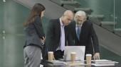 tři firemních manažerů setkání v moderní kanceláři