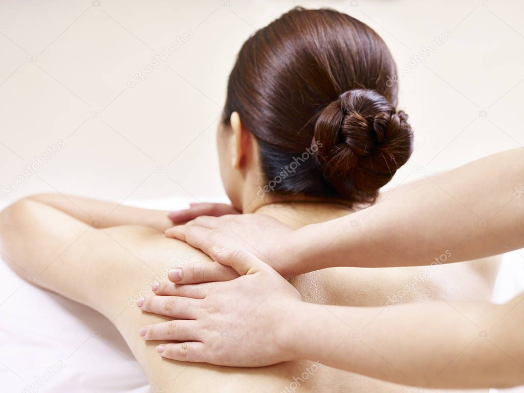 Смотреть азиатка в руках массажиста фото блондинкой упругой