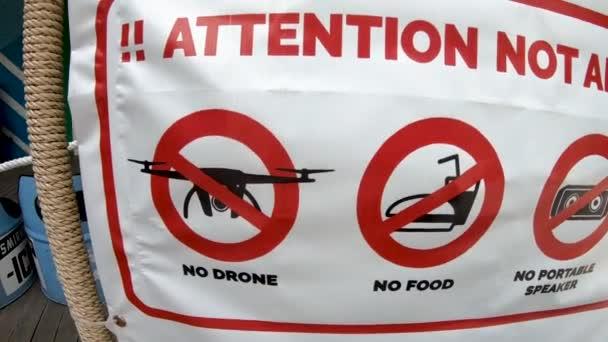 Flexboard mit Gegenständen, die als verboten markiert sind. Keine Drohne, kein Essen, kein tragbarer Lautsprecher, keine Getränke oder Alkohol.