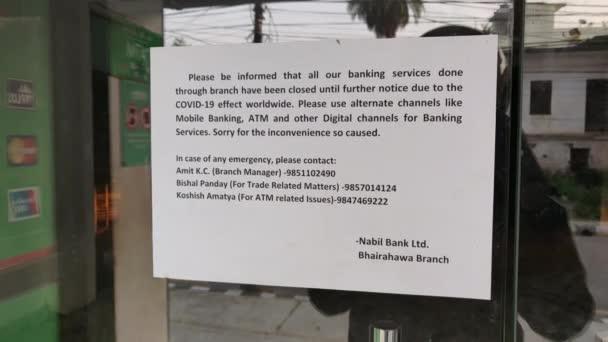 Bhairahawa, Nepál - 09. 5. 2020: Oznámení na vstupní bráně banky o uzavření bankovních a bankovních služeb až do odvolání z důvodu pandemie koronaviru.